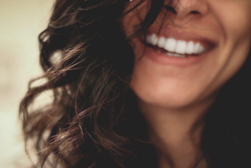 Perfektes Lächeln durch unsichtbare Zahnspange